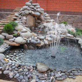 Декоративный пруд с фонтаном погружного типа