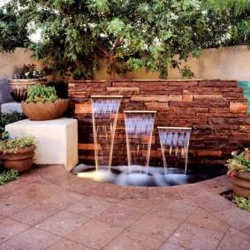 Декор садового участка фонтаном из камня