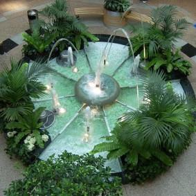 Круглый фонтан с тропическими растениями