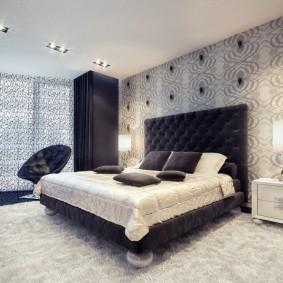 Черная мебель в спальне с бумажными обоями