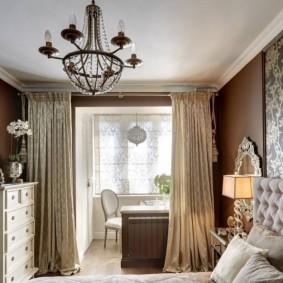 Красивая люстра на потолке спальни