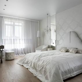 Светлая спальня с натяжным потолком