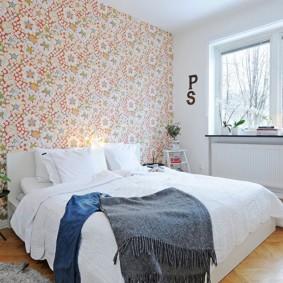 Розовый орнамент на обоях в спальне
