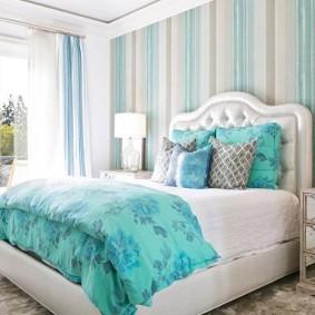 Бирюзовый текстиль в спальной комнате