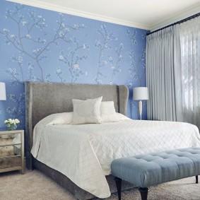Голубе обои в спальне мужчины