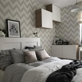 Модульные полки на стене спальни