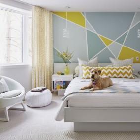 Геометрические узоры на стене спальни