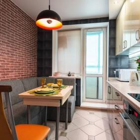 Освещение обеденной зоны на кухне с балконом