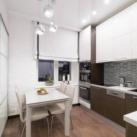 Галогенные светильники на белом потолке кухни