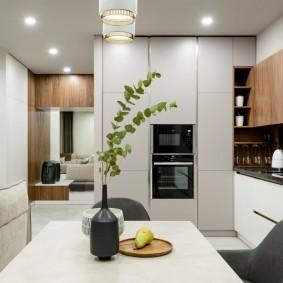 Потолочные светильники в просторной кухне