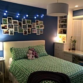 Настольная лампа на тумбочке возле детской кровати