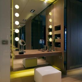 Матовые лампы на зеркале в прихожей