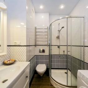 Точечные светильники с низковольтными лампами в потолке ванной