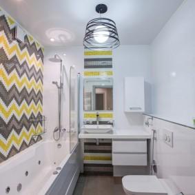Зигзагообразная укладка плитки на стене в ванной