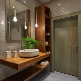 Открытые лампочки на шнурах в ванной комнате