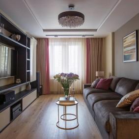 Прямой диван вдоль стены в гостиной
