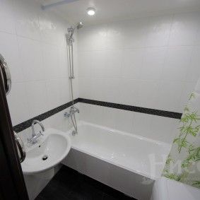 Белая отделка стен в ванной комнате