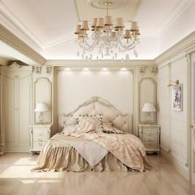 Хрустальная люстра на потолке в спальне