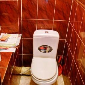Компактный туалет с белым унитазом