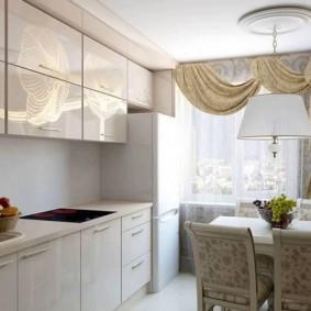 Светлый гарнитур на кухне в трешке