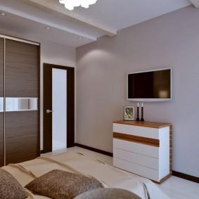 Белый комод под телевизором в спальне