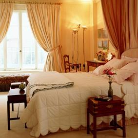Бежевые шторы в женской спальне