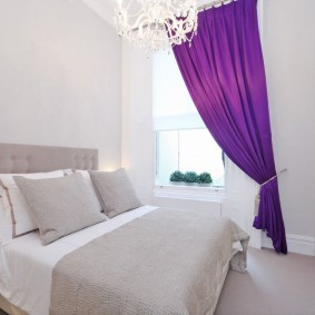 Фиолетовая штора в белой спальне