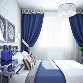 Синие портьеры в спальне небольшого размера