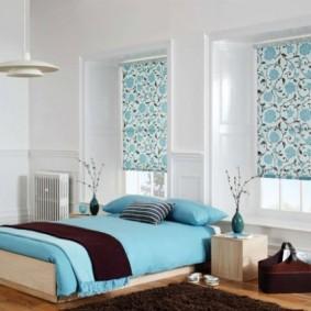Рулонные шторы в оконном проеме в спальне
