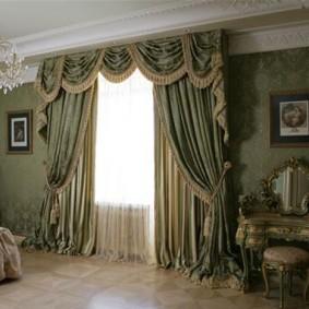 Роскошное оформление окна спальни шторами с ламбрекеном
