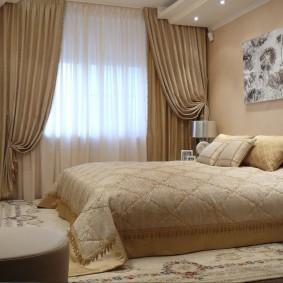 Светло-коричневые занавеси в маленькой спальне