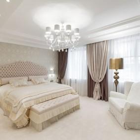 Просторная спальня с модными шторами
