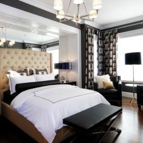 Зеркальная отделка стены за изголовьем кровати