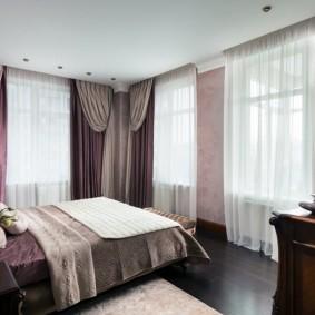 Интерьер спальной комнаты с тремя окнами