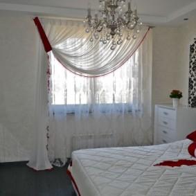 Белый комод около окна спальни