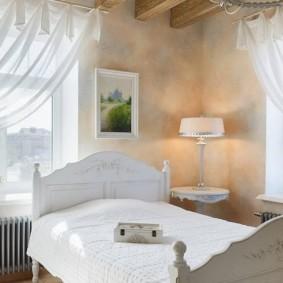 Узкая кровать с деревянными спинками