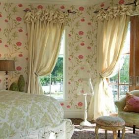 Обои с цветочным принтом в спальне романтического стиля
