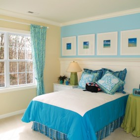 Голубая штора на карнизе в спальне