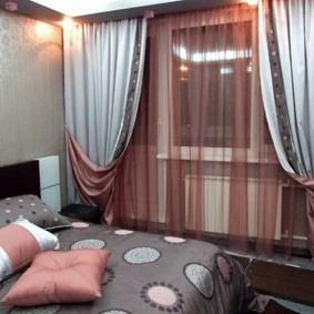 Декор окна спальни двойными шторами