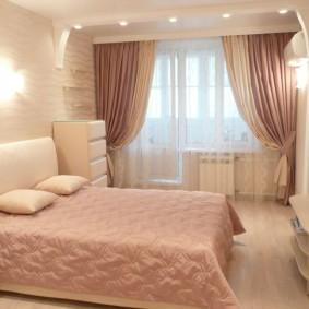 Розовые занавески в спальне девушки