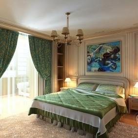 Зеленые портьеры в квадратной спальне