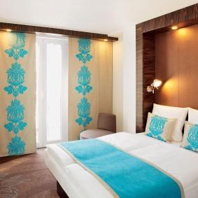Японские шторы на окне в спальне