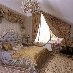Классический интерьер спальни в мансарде