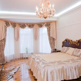 Хрустальная люстра на белом потолке