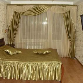 Красивое оформление оконного проема в спальне
