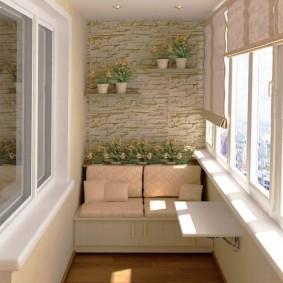 Откидной столик под окном на балконе