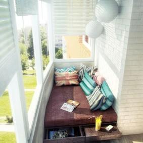 Выдвижные ящики под кроватью на балконе