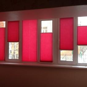 Красные шторы на теплой лоджии