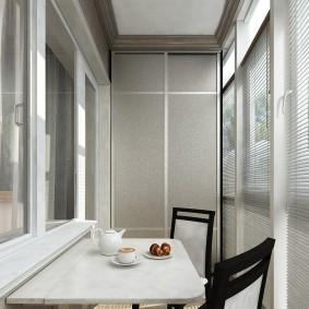 Обеденный стол на благоустроенном балконе