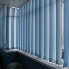 Голубые жалюзи из тканевых ламелей